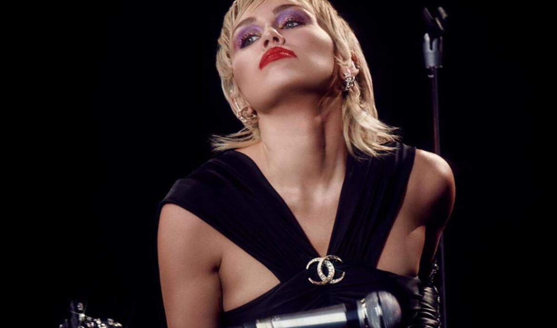 "Miley Cyrus troca de pele e dá boas vindas à ilustre era ""Plastic Hearts"""
